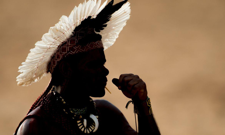 Palmas - Atleta Indígena da etnia Pataxó atira com  arco e flecha no quinto dia de competições nos  Jogos Mundiais dos Povos Indígenas ( Marcelo Camargo/Agência Brasil)