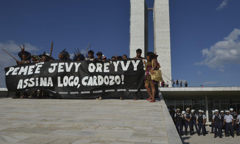 Índios protestam por demarcação e contra discriminação, no Congresso Nacional (José Cruz/Agência Brasil)