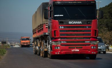Caminhões trafegam pela BR-040