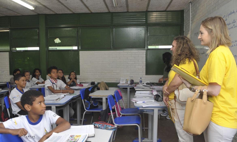 Escolas públicas de ensino básico em vários municípios brasileiros recebem a visita do Ministério Público pelo programa MPEduc. Aqui, integrantes do programa conversam com alunos do Centro de Ensino Fundamental 11