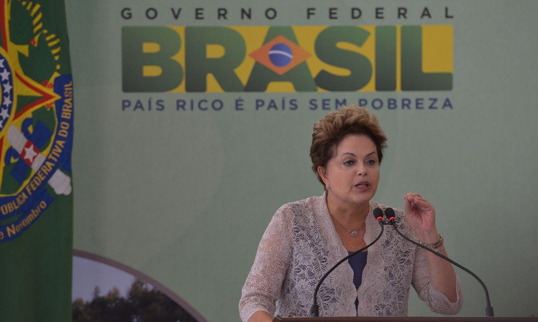Presidenta Dilma Rousseff, participa da cerimônia de contratação da terceira etapa das ações de saneamento do PAC 2 para municípios com até 50 mil habitantes (Wilson Dias/ Agência Brasil)