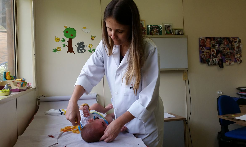 No Recife, João Lucas recebe atendimento na neuropediatra da Associação de Assistência à Criança Deficiente, pela médica Vanessa Van der Linden