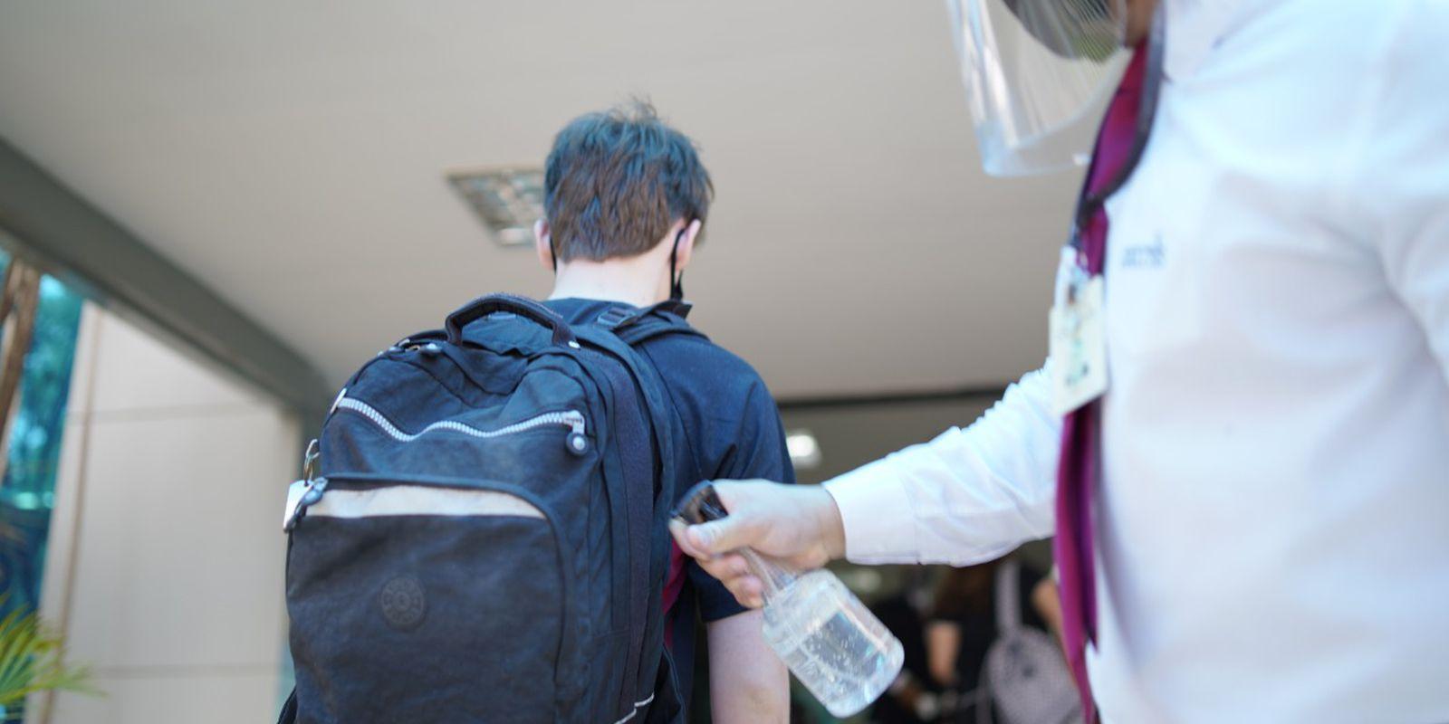 Escolas adotam medidas de segurança contra a covid-19 na volta presencial às aulas.