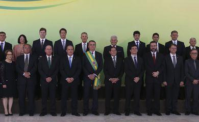 O presidente Jair Bolsonaro posa para foto oficial.