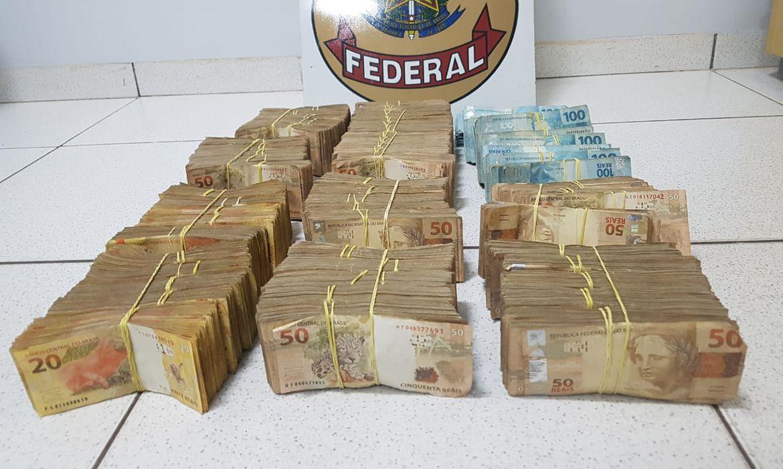 Polícia Federal apreendeu recursos que somam R$ 500 mil levados em uma mala.