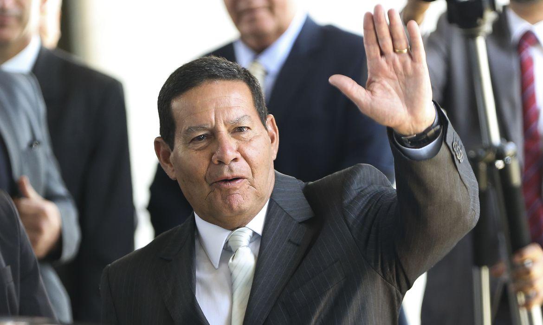 O presidente em exercício,General Hamilton Mourão,  ao sair de seu gabinete no Palácio do Planalto.