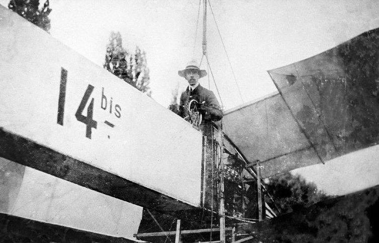 Santos Dumont em seu 14-Bis