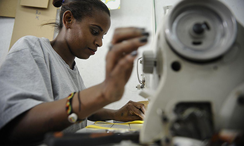 Raquel Souza trabalha na confecção de bolsas da fábrica Tem Quem Queira