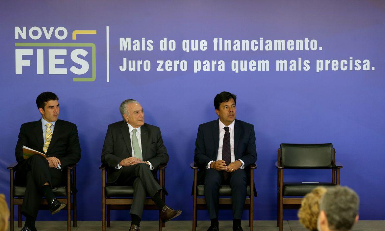 Brasília - O ministro da Integração Nacional, Helder Barbalho, o presidente Michel Temer e o ministro da Educação, Mendonça Filho durante solenidade de sanção da Lei do Novo Fies (Wilson Dias/Agência Brasil)