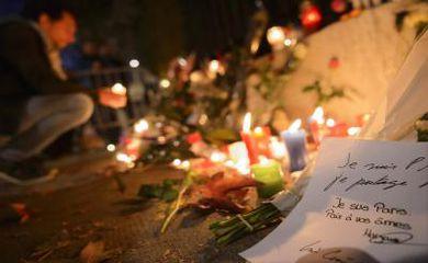 Moradores de Budapeste prestam homenagens a vítimas de atentados em Paris