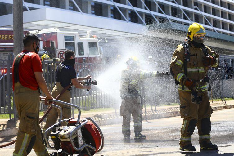 Bombeiros controlam incêndio no Hospital Santa Luzia, em Brasília.