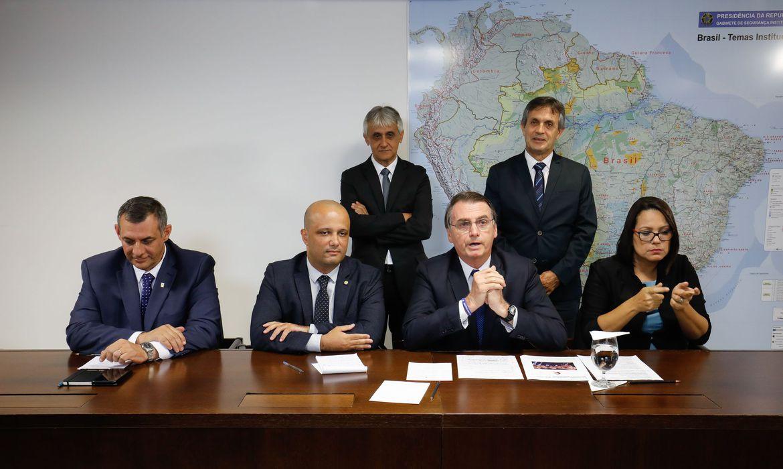 O presidente Jair Bolsonaro faz transmissão ao vivo ao lado do porta-voz da Presidência, Otávio do Rêgo Barros, do líder do governo na Câmara, Major Vitor Hugo, e da intérprete de libras, Elizângela Castelo Branco.