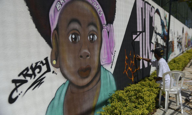 Grafiteiros do Distrito Federal, participam do projeto Brasil em Cores que além do Graffiti realiza ainda outros elementos da cultura hip hop(José Cruz/Agência Brasil)
