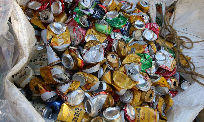 São Paulo - Latas de alumínio destinadas a reciclagem.