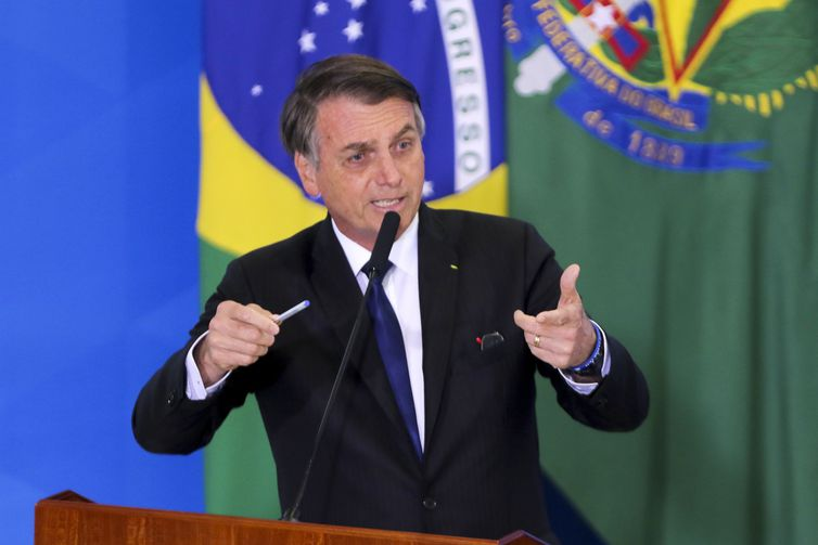 O presidente da República, Jair Bolsonaro, assina o decreto que dispõe sobre a aquisição, o cadastro, o registro, a posse, o porte e a comercialização de armas - SINARM e SIGMA.