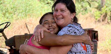As amigas Sandra e Cleonice se conhecem ao vivo, depois de anos de amizade virtual
