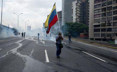 Venezuela tem dia de protestos contra e em defesa do presidente Nicolás Maduro.
