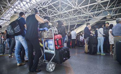 Brasília - Passageiros enfrentam filas para a inspeção de bagagens nos aeroportos do país. Começam a valer as novas determinações da Agência Nacional de Aviação Civil para garantir maior segurança nos voos (José Cruz/Agência Brasil)