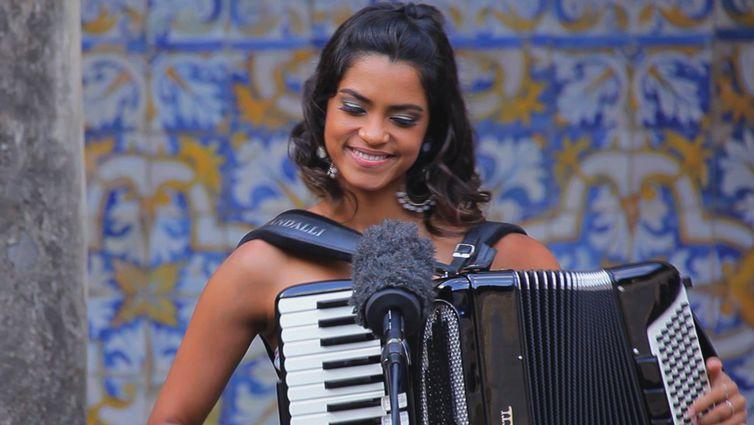 Lucy Alves é cantora, compositora e multi-instrumentista