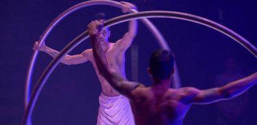 Roda cyr é uma das atrações do espetáculo Terra Oca