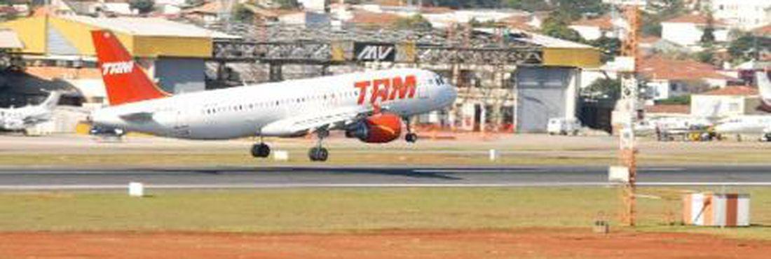Avião pousa no aeroporto de Congonhas, em São Paulo. Preço das passagens caiu em 2011, segundo relatório da Anac