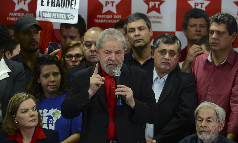 São Paulo - Ex-presidente Luiz Inácio Lula da Silva fala à imprensa sobre sua condenação por corrupção pelo juiz federal Sérgio Moro, na sede do PT (Rovena Rosa/Agência Brasil)