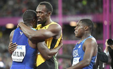 O norte-americano Justin Gatlin é abraçado pelo jamaicano Usain Bolt depois de vencer a final dos 100 metros rasos do Mundial de Londres (EFE/Direitos Reservados)