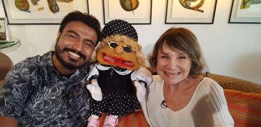 Alan Ribeiro conhece a boneca Maria Santa e sua criadora, Sylvia Massari