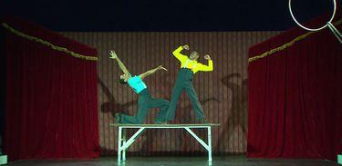 Dupla Tico e Tecco apronta na mesa acrobática