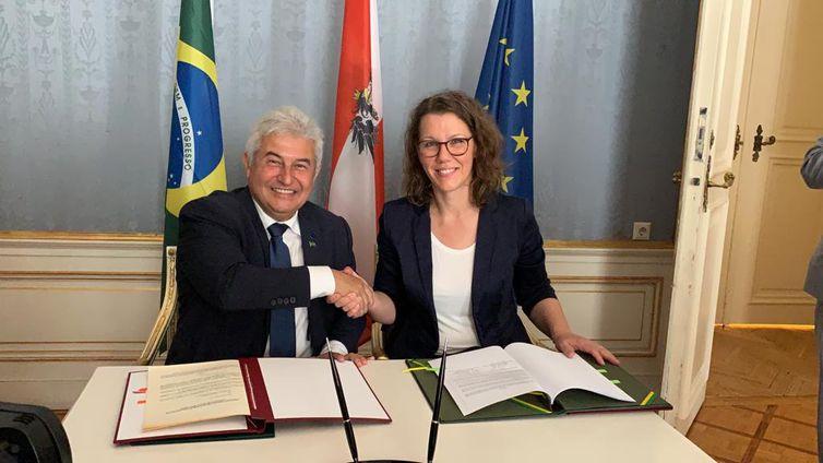Brasil e Áustria fazem acordo de cooperação científica e tecnológica,Ministro Marcos Pontes e ministra da Educação ministra da Educação, Ciência e Cultura da Áustria, Iris Eliisa Rauskala, durante assinatura do acordo de cooperação