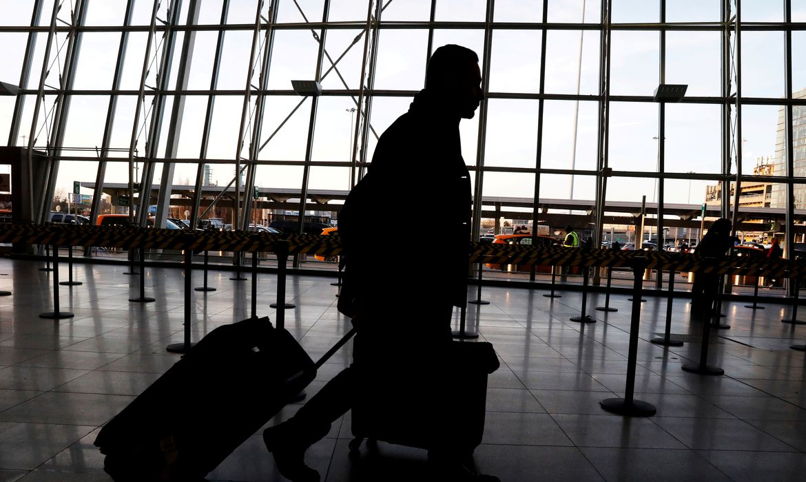 FILE PHOTO: International travelers arrive at John F. Kennedy international airport in New York City, U.S., February 4, 2017.  The United States is screening visitors from Wuhan, China at JFK and at airports in Los Angeles and San Francisco  for