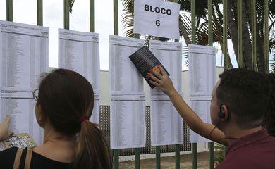 Candidatos aguardam abertura do portões do UniCEUB em Brasília, para o primeiro dia de provas do Enem 2018