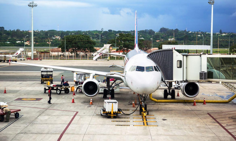 Avião é abastecido no aeroporto de Brasília. Abastecimento de aviões