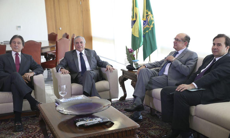 Brasília - O presidente Michel Temer recebe no Palácio do Planalto, os presidentes Gilmar Mendes, do TSE, e Rodrigo Maia, da Câmara dos Deputados (Antonio Cruz/Agência Brasil)