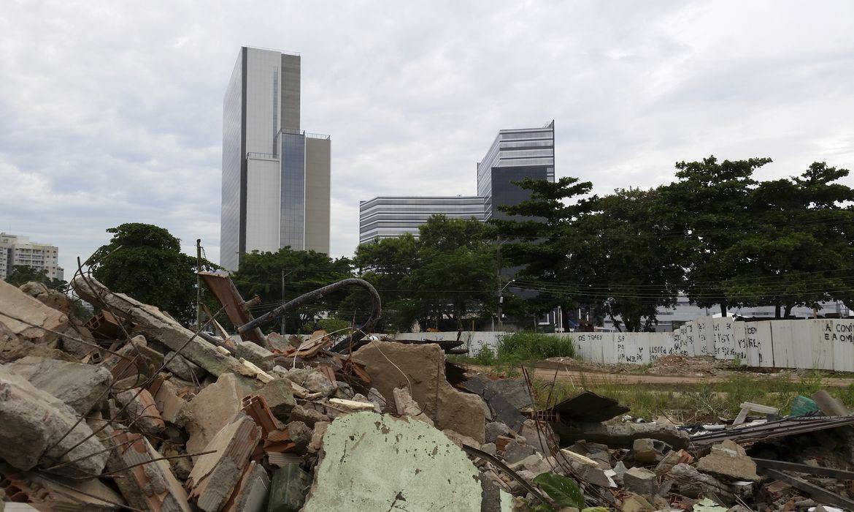 Rio de Janeiro - Escombros da Vila Autódromo e o Parque Olímpico no fundo (Akemi Nitahara/Agência Brasil)