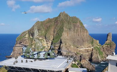 Members of South Korean Marine Corps take part in a military exercise in remote islands called Dokdo in Korean and Takeshima in Japanese, South Korea, August 25, 2019.   South Korean Navy/Yonhap via REUTERS   ATTENTION EDITORS - THIS IMAGE HAS