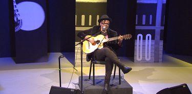 Compositor de sucessos, Gabriel Moura se apresenta na TV Brasil