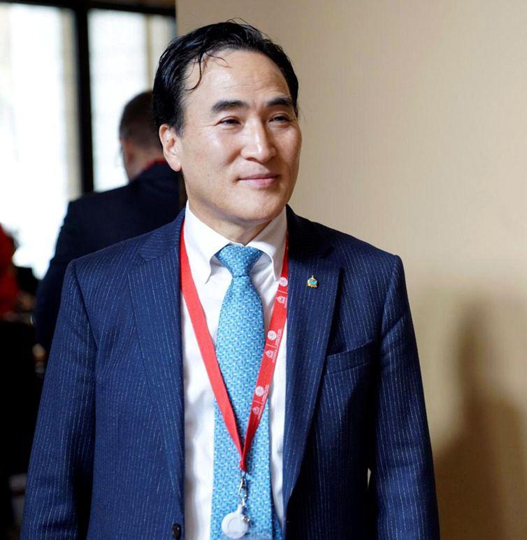 EPA991. DUBÁI (EMIRATOS ARABES UNIDOS), 21/11/2018.- El surcoreano Kim Jong Yang, presidente electo de la Interpol, asiste a la Asamblea General de la organización de Policía internacional celebrada en Dubái (Emiratos Árabes Unidos) hoy, 21 de