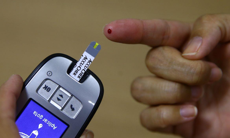 Exame da curva glicêmica e utilização de monitor de glicemia