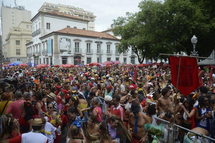Foliões curtem o Baile Multicultural do Cordão do Boitatá, n