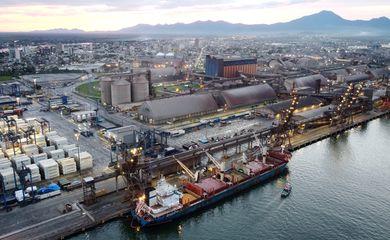 Bulk Carrier 'Discoverer' descarrega soja dos EUA no porto de Paranaguá