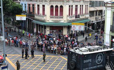 Um homem fez seis pessoas reféns, em um bar na Lapa, área central do Rio de Janeiro, na tarde desta sexta-feira (29). Segundo informações preliminares, ele entrou em um bar na esquina das ruas do Rezende e dos Inválidos, armado com uma faca.