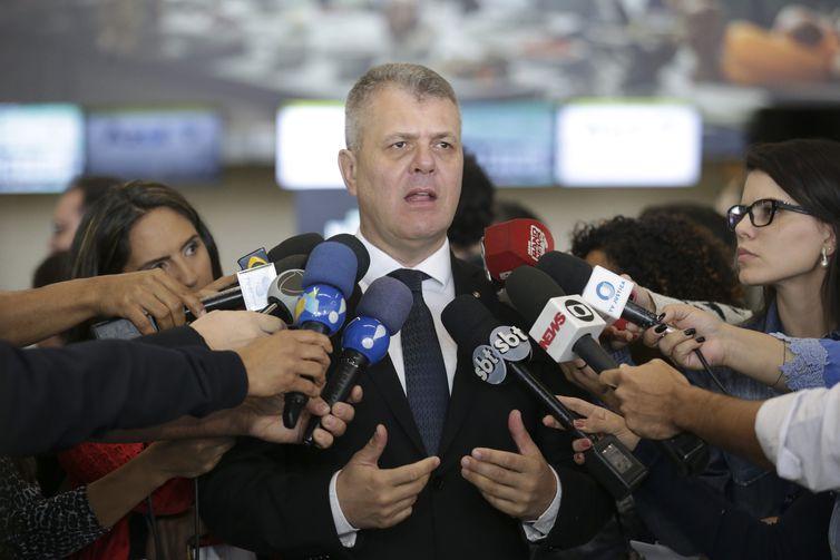 O representante do Ministério Público do Distrito Federal, Paulo Roberto Binicheski, fala à imprensa, durante Blitz Nacional dos Aeroportos para fiscalizar a cobrança da franquia de bagagem, no Aeroporto Internacional de Brasília.