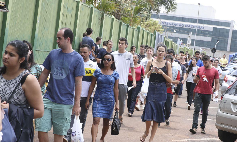 Brasília - Alunos chegam ao UniCEUB para o primeiro dia de provas do Enem 2017 (Valter Campanato/Agência Brasil)