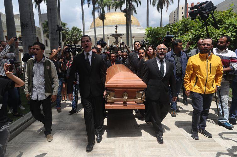 Cortejo do corpo do vereador venezuelano Fernando Albán que teria se matado enquanto estava detido no sistema prisional do país