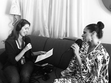 Apresentadora Isabela Azevedo entrevistando a cantora Renata Jambeiro