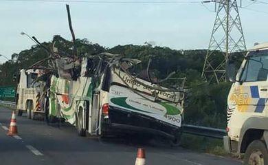Acidente com ônibus na Mogi-Bertioga deixa 18 mortos