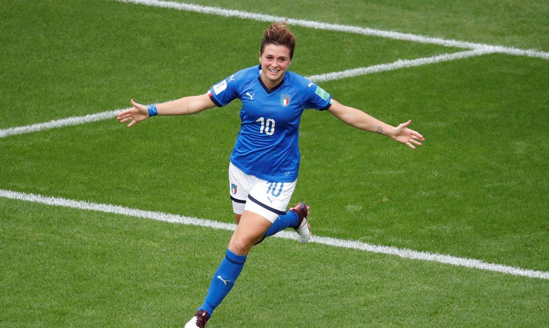 Jogadora Cristiana Girelli comemora gol da seleção italiana.