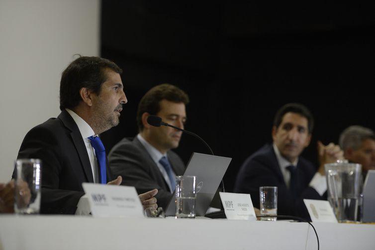 O procurador da República, José Augusto Vagos, fala durante coletiva de imprensa sobre prisão do ex-presidente Michel Temer e o ex-ministro Moreira Franco na sede da PF no Rio de Janeiro.