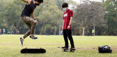 Jovens andando de skate durante a pandemia